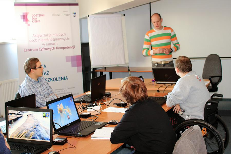 Uczestnicy szkolenia siedzący przy komputerach